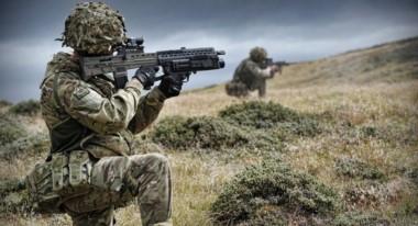 """""""En el Atlántico Sur, más de 1.000 efectivos están estacionados en las Falkland Islands (Islas Malvinas)"""", puntualizó el relevamiento."""