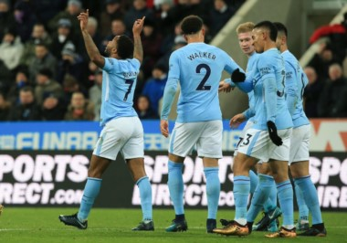 Con un gol de Sterling, Manchester City venció 1-0 a Newcastle y estiró a 15 la diferencia con el United en la Premier.