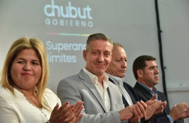 Sonrisa. Desde la izquierda, Huichqueo, Arcioni, Hernández y Ñonquepán en la entrega de beneficios.