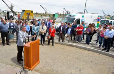 Discurso. Arcioni recorrió el puerto capitalino y aseguró que habrá más aportes con el dinero de la pesca.