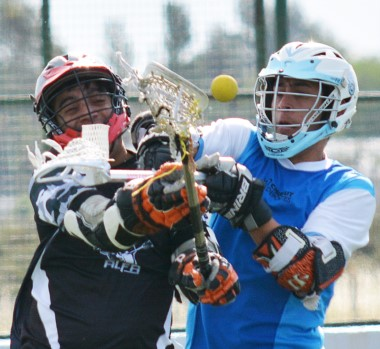 El lacrosse es un deporte surgido en Estados Unidos, similar al pato que se juega en Argentina.