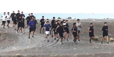 El plantel de Ever Ready entrena en la zona de canteras de Playa Unión preparándose para la competencia.