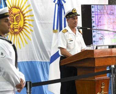Enrique Balbi, el vocero de la Armada explicando las tareas de ayer.