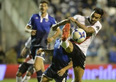 "Scocco marcó el gol ""millonario"" con un espectacular tiro libre."