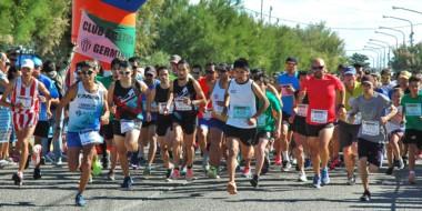 """La largada. Decinas de atletas se hicieron presentes en la primera edición del """"Germinal Corre"""" en Playa."""