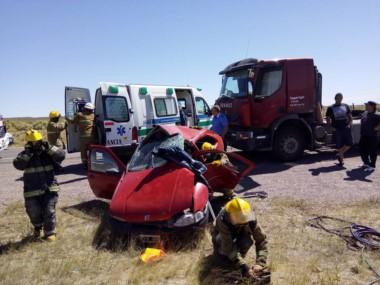 En el lugar del accidente trabajaron bomberos y médicos (foto facebook Omar Domínguez)