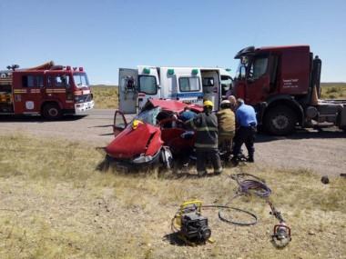 Bomberos  debieron trabajar con herramientas de corte en el lugar del siniestro (foto facebook Omar Domínguez)