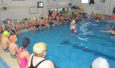 """El exitoso programa """"Trelew Primero al Agua"""", para jóvenes de 14 a 17 años, continuará durante las vacaciones de verano en el natatorio municipal."""