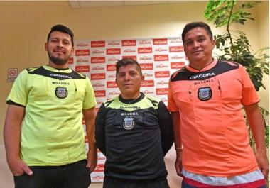 La víctima. Miguel Coñuecar, en el medio. Está flanqueado por  Marcos Garay  y Ángel Díaz, sus compañeros de terna en el partido del escándalo.