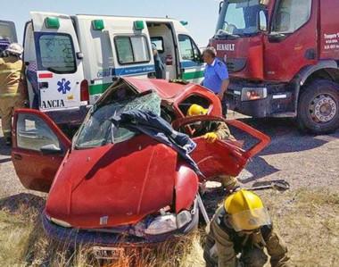 El accidente entre un Fiat Siena y un camión sucedió en la mañana de ayer cerca del cementerio de Gaiman.