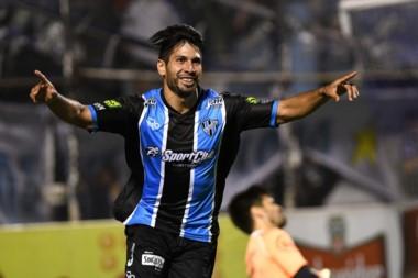 Adrián Torrres festeja el gol que abrió el marcador en José Ingenieros.