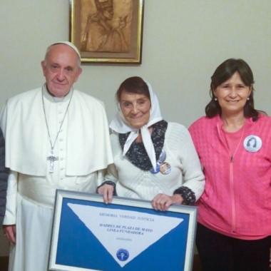 La dirigente de Madres de Plaza de Mayo y el Santo Padre, junto a Mercedes Mignone, hija del fundador del CELS Emilio Fermín Mignone y el emblemático pañuelo blanco.