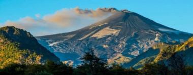 El Villarrica posee uno de los mayores registros históricos de erupciones de Sudamérica y se encuentra a 130 kilómetros de San Martín de los Andes.