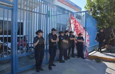 Operativo. Aunque no hubo incidentes, la Policía protegió a la jueza que ejecutó la orden de despejar.