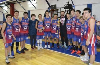 """Los chicos de la """"Maquinita"""" con su trofeo. Superaron el Final Four y festejaron el título en su casa."""