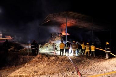 Bomberos de Dolavon, Trelew y Rawson trabajaron en el incendio (foto facebook FM Dolavon)