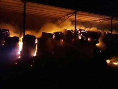 Más de 2.000 fardos ardieron en 28 de Julio (Facebook FM Dolavon)