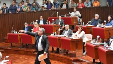 El diputado Blas Meza Evans increpando al presidente de la casa, Adrián López. Foto: Daniel Feldman / Jornada
