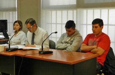 Complicados. Dos de los acusados, sentados a la derecha, seguirán en prisión hasta el juicio oral.