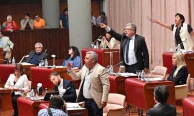 Gritos. Desde la izquierda, Touriñán, Meza Evans y Navarro, tres referentes del FPV que se enojaron mucho cuando se mocionó cerrar el debate.