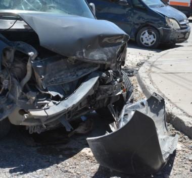 Destrozos. Una postal de cómo quedaron los vehículos accidentados.