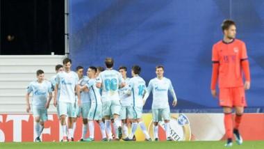 Todos abrazan a Paredes tras su conquista en la Europa League.