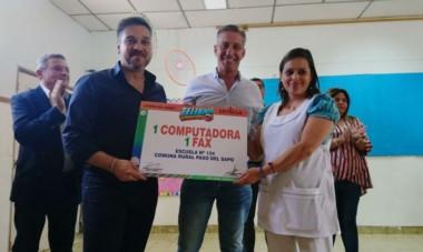 El gobernador en Paso del Sapo. Arcioni recorrió varias localidades del interior provincial y entregó aportes para instituciones sociales.