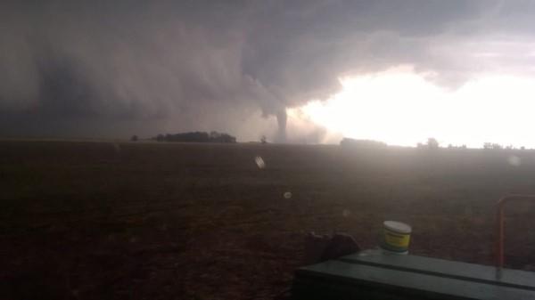 Imágenes del tremendo tornado que se formó ayer en el partido de Necochea. Las localidades más afectadas fueron La Dulce y Lobería.