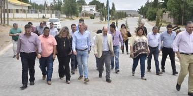 Visita al interior. Una de las recorridas del gobernador Mariano Arcioni por la localidad de Telsen.