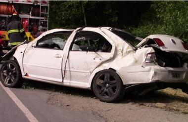 Tres dee los tribçpulantes a bordo del  automóvil siniestrado, del que salieron también heridos graves. (Gentileza: noticiasdelbolson)