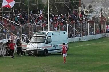 El momento previo a la suspensión. Rodrigo Cárcamo fue agredido y desde la ambulancia fue asistido.