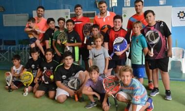 Quince chicos participaron de la clínica ayer junto a Franco Stupaczuk, Javier Reiter, Lisandro Bione y Matías Bogado en X3 Padel Club de Trelew.