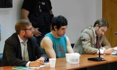Mirada baja. El  asesino y sus abogados cuando escuchaba la resolución de las juezas que lo condenó a reclusión perpetua.