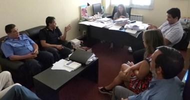 Encuentro. El nuevo jefe de la Unidad Regional, Paulo Heredia, reunido con los fiscales de Esquel.