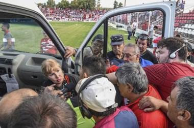 Pagani en el medio del tumulto. El árbitro fue inhabilitado para dirigir y deberá hacer un descargo por lo sucedido en el clásico comodorense.