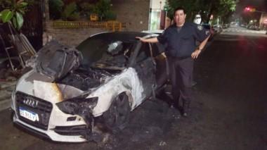 Así quedó el auto de Pity Martínez. Investigan el hecho, habría sido intencional.