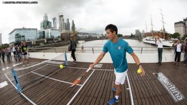 Kei Nishikori y David Ferrer realizaron una pequeña exhibición hoy sobre un puente de Buenos Aires.
