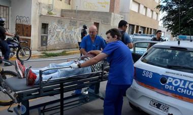Traslado del agente herido.  Javier Acosta sufrió dos impacto de bala y se encuentra internado en estado crítico en la clínica San Miguel.