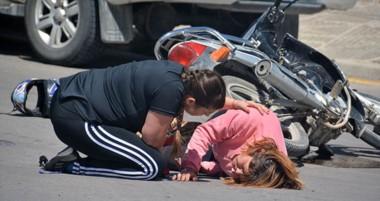 Una mujer policía rápidamente corrió para ayudar a la tripulante de la moto que estaría embarazada.