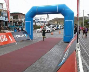 Momento de la llegada de Sebastián Arrative. Ganó en Playa Unión y Puerto Pirámides.