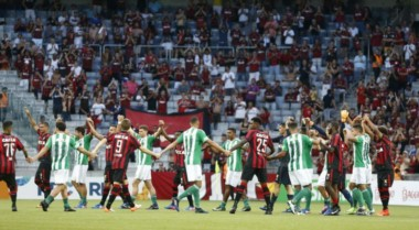 La Federación Paranaense no quiso que Atlético-Coritiba se jugara con transmisión vía web.