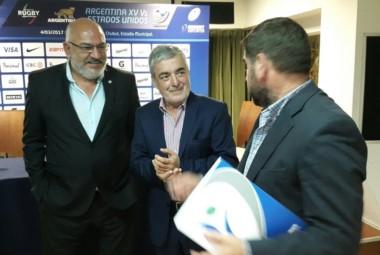 Ñonquepán en la conferencia de ayer con Das Neves y Araujo, presidente de la UAR.