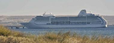 Tras su inesperada  visita a Puerto Madryn, el fabuloso crucero seguía su periplo po r el atlántico hacia el puerto de Montevideo, Uruguay.
