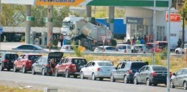 Tras días bloqueando la playa de tanques, los trabajadores se acogieron al desalojo y continuarán con negociaciones en Buenos Aires.