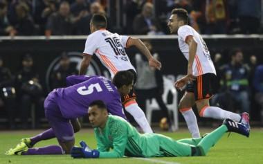 El Valencia derrotó al Real Madrid y le dio una mano al Barcelona.