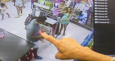 La gerente , señala en su oficina la captura de las cámaras de seguridad donde se ven a los tres autores.