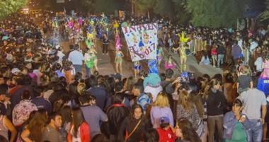 La gente salió  a las calles para acompañar la fiesta del carnaval que finalizó anteanoche.