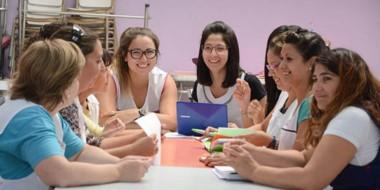 Preparadas. Un grupo de docentes que ya recibió el material para repensar su actividad en las aulas.
