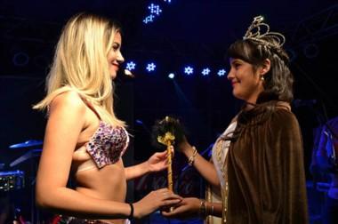La reinan entrante, Agustina Salvatierra, junto a su predecesora, Gina Romanella Berra.