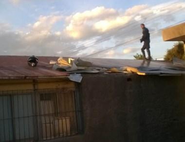 Momentos en que la Policía recorría los techos de las dependencias.